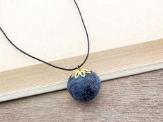 Kék gömböc nemez medál fekete színű nyakláncon