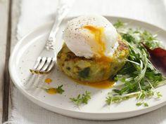 Probieren Sie den leckeren Kartoffelbratling mit pochiertem Ei von EAT SMARTER!
