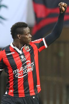 Nice's Italian forward Mario Balotelli celebrates after scoring a goal during the French L1 football match between Nice (OGCN) and Dijon (DFCO) on December 18, 2016 at the Allianz Riviera Stadium in Nice, southeastern France. / AFP / VALERY HACHE