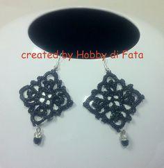 orecchini all'uncinetto,dipinti a mano nei toni del nero,con glitter neri e vetrificati.pendente piccolo mezzocristallo nero