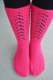 Sukkaa pukkaa vielä vaan. Mut onko mitään kivempaa kun sukkien neulominen?       Laitoin lisää Woolia puikoille, väri on ihastuttava vad...