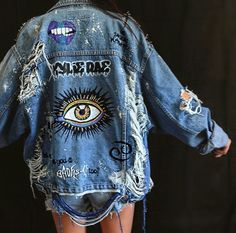 blaue Jeansshorts, blaue Jeansjacke und Bild einer beunruhigten Jacke blue denim shorts, blue denim jacket and image of a distressed jacket – – Denim Jacket Patches, Denim Shorts, Denim Jacket With Pins, Demin Jacket, Patched Jeans, Kleidung Design, Painted Denim Jacket, Distressed Denim Jackets, Distressed Clothes