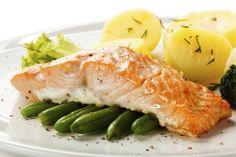 """El salmón es uno de esos alimentos que dicen """"fiesta"""" más alto que cualquier otro, al igual que el pavo, las codornices y el caviar. Y justamente como suele ser una comida que reservamos para ocasiones especiales, a veces nos pueden entrar dudas acerca de con qué deberíamos servirlo.Para despejar tus dudas, aqu"""