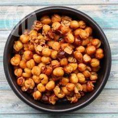 Geröstete Kichererbsen / Kichererbsen werden ganz einfach im Ofen geröstet. Danach kann man sie nach Wunsch würzen und man hat einen gesunden knusprigen Snack mit wenig Kalorien.@ de.allrecipes.com
