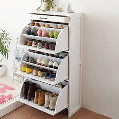 16 Hidden Storage Hacks for Your Living Room You'll swoon over these hidden living room hacks. Shoe Storage Solutions, Closet Shoe Storage, Diy Shoe Rack, Shoe Racks, Shoe Storage Hacks, Shoe Hanger, Shoe Closet, Dorm Room Storage, Dorm Room Organization