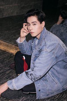 """天~•Sai0iaS•~天 on Twitter: """"อะไรเอ่ยยย คนใส่น่ารักกว่าเสื้อ หูอี้เทียนไงจะใครล่ะ แงงงง จะน่ารักเกินไปแล้ววววว 😍😍😍 #HuYiTian cr. on pic… """" China Movie, Song Wei Long, A Love So Beautiful, Ulzzang Korea, Daddy Long, Kingsman, Dream Guy, Celebs, Celebrities"""