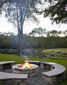 bancos de piedra en el jardín moderno