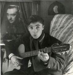 Zigeuners. De zoon van de beroemde Django Reinhardt, Babik, speelt op de gitaar van zijn vader.