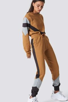 The Elastic Waist Seamline Pants by NA-KD Urban features a high elastic waist, straight fit, and side pockets. Teen Fashion Outfits, Sporty Outfits, Latest Outfits, Cute Outfits, Sports Trousers, Sport Pants, Sweaters And Leggings, Sport Fashion, Casual