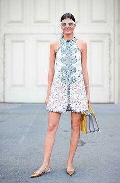 La italiana es fan acérrima del estilo barroco, y es por eso que pocas veces suele elegir prendas de estilo minimal. Un minivestido con estampado llamativo es mejor combinarlo con un bolso de colores. Y por su altura, zapato plano.   - AR-Revista.com