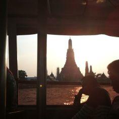 Templo Wat Arun desde el río que atraviesa la ciudad / Wat Arun temple from the river that crosses the city