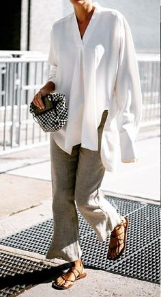 Perfect example of how to convert business workwear to a casual yet sharp look: Loose white beachy tunic with light grey linen trousers and greek sandals. Sharp yet casual. Mode Outfits, Casual Outfits, Fashion Outfits, Womens Fashion, Dress Fashion, Casual Ootd, Classy Casual, Classy Dress, White Casual