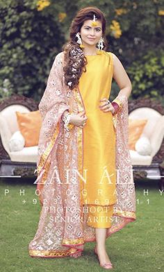 New wedding party outfits indian Ideas Indian Bridal Outfits, Pakistani Wedding Outfits, Indian Designer Outfits, Pakistani Dresses, Indian Dresses, Designer Dresses, Pakistani Mehndi Dress, Indian Clothes, Mayon Dresses