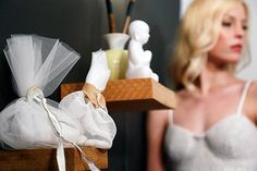 Elegant wedding inspiration με μπομπονιέρες γάμου από το Ekubo που έχουν delicate λεπτομέρειες σε χρυσό, κομψές πέρλες, σουέτ ύφασμα σε soft γήινη απόχρωση... υπέροχες χειροποίητες δημιουργίες και ένα simple and chic νυφικό φόρεμα απο τη σχεδιάστρια Samantha Sotos. Enjoy the prettiness! Από τη δημιουργική ομάδα του