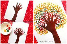 Dessiner un arbre d'automne avec une empreinte de main et des cotons-tiges
