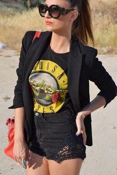 Love this rocker look for summer! High waisted black denim shorts + graphic Gun N' Roses tee + slim black blazer + statement sunglasses. Hipster Outfits, Edgy Outfits, Grunge Outfits, Short Outfits, Cool Outfits, Summer Outfits, Fashion Outfits, Dance Outfits, Black Blazer Outfit Casual