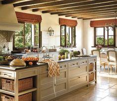 Cocina con techo de vigas y gran isla central