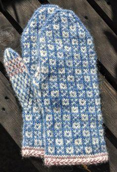 Knitted Mittens Pattern, Knit Mittens, Knitted Gloves, Knitting Socks, Knitting Charts, Knitting Patterns, Crochet Patterns, Wrist Warmers, Fair Isle Knitting