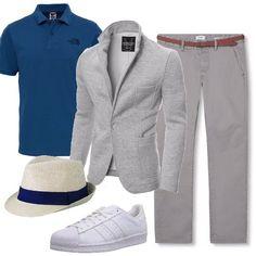 Look primaverile informale e comodo, adatto al tempo libero. Pantalone chino grigio chiaro, polo blu e blazer grigio in cotone, slim fit. Sneakers bianche e capello bianco con fascia blu, per un tocco alla moda.