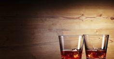 Receita econômica para fazer whisky caseiro. O whisky é geralmente definido como uma bebida alcoólica derivada da fermentação de grãos triturados, principalmente de cevada, milho, centeio e trigo. Embora ilegal nos Estados Unidos, destilar whisky em casa é um hobby que vem lentamente ganhando popularidade por lá. O processo de destilação aumenta a quantia de álcool da mistura. Ele consiste ...
