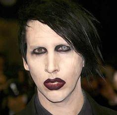 ¿Qué es lo que pasa con estas personas? Desde el maquillaje blanco fantasmal se puede ver su cuello negro, los ojos azul funky y los labios de sangre, Marilyn Manson es un monstruo y no hay más que decir, él es feo y también asusta.