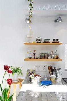 キッチン回りの食器類にもデザイナーらしい繊細なセンスが行き届いている。