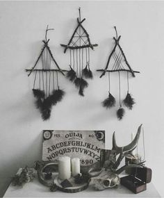 Frightening Witch Home Interior Decoration Ideas For Halloween 38 Pagan Decor, Witch Decor, Voodoo Doll Spells, Viking Decor, Witch Room, Beautiful Dream Catchers, Goth Home Decor, Deco Nature, Witch House