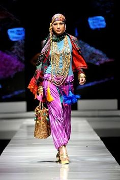 Check out these special clothes from Indonesia by Dian Pelangi! Islamic Fashion, Muslim Fashion, Ethnic Fashion, Asian Fashion, High Fashion, Womens Fashion, Indonesia Fashion Week, Jakarta Fashion Week, Victor Hugo