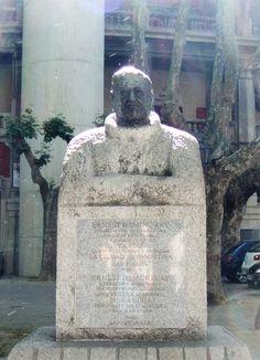 un buste en granit d'Ernest Hemingway, afficionado des arènes de Pampelune en face de celles-çi