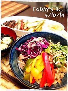 秋刀魚の炊き込みご飯美味しくて、また作っちゃいました いつもはパクチーどっさーで食べるところですが、今日はビビンパ風にしてみました いろんな味のお野菜をのっけてそれと一緒に食べる炊き込みご飯は格別 d(´ڡ`)ウマー 本日のメニュー ♦秋刀魚の炊き込み玄米ビビンパ風 (パプリカジャコ炒め、紫キャベツと鰯の塩麹和え、パクチーとオニオン、胡桃のナンプラーサラダ) ♦ワカメスープ ♦ハマス ♦オクラのピクルス ♦レッドポテトのおかか青海苔和え ♦ブラウンマッシュルームの麺つゆ炒め - 197件のもぐもぐ - 本日のBCごはん☆秋刀魚の炊き込み玄米ビビンパ風 by aimipasta