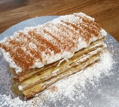 Na minha zona este bolo é conhecido por Russo, mas o seu verdadeiro nome é Napoleão. A receita foi desenvolvida na Rússia, em homenagem aos 100 anos de exílio de Napoleão. Ingredientes: 2 placas de massa folhada Para o Creme de Pasteleiro: 20...