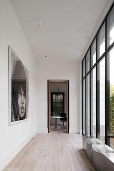 OSCAR V - Villa Brasschaat - Hoog ■ Exclusieve woon- en tuin inspiratie. Cosy Interior, Interior Design, Interior Architecture, Interior And Exterior, Steel Doors And Windows, Project, Contemporary Interior, Cozy House, Decoration