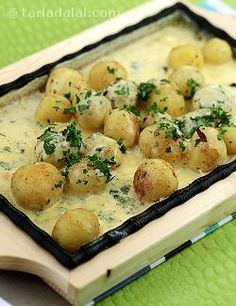 Sizzling potatoes in cheese sauce is a perfect cocktail starter, the combination of potatoes with cheese sauce and herbs make it really very tasty. Veg Recipes, Sauce Recipes, Indian Food Recipes, Cooking Recipes, Aloo Recipes, Snacks Recipes, Cooking Food, Potato Recipes, Kitchens