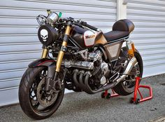 This lovely cafe racer was constructed in Australia. This Honda cafe racer is known as the LeatherHead you can most likely guess why. Honda Cafe, Honda Bikes, Cafe Bike, Honda Motorcycles, Custom Motorcycles, Custom Bikes, Motorcycle Headlight, Motorcycle Bike, Retro Motorcycle