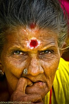 portrait of a beautiful old lady at the market madurai- மதுரை-tamil nadu-தமிழ் நாடு-south india   by anthony pappone photography
