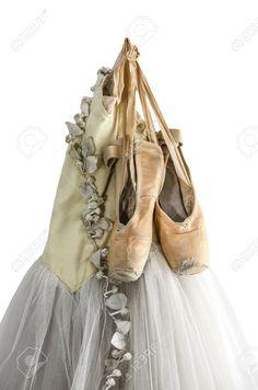 16418476-hanging-tutu-et-chaussures-de-ballet-isol-sur-un-fond-blanc.jpg (861×1300)