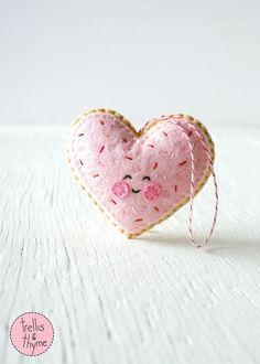 Sugar Cookie Heart, Valentine's Day Ornament Pattern (sponsored) Ornament Pattern, Felt Ornaments Patterns, Easy Felt Crafts, Felt Diy, Valentines Day Cookies, Valentine Day Crafts, Valentines Bricolage, Felt Decorations, Valentine Decorations
