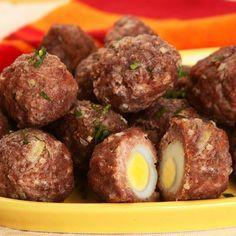 ➖Bolovo. Ingredientes : _ 500g de carne moída _ 1 cebola pequena picada _ 2 dentes de alho amassados _ 1 colher (sopa) de cheiro-verde picado _ 1 colher (chá) de sal _ 1 e 1/2 xícara (chá) de amido de milho _ 30 ovos de codorna cozidos _ Óleo para untar . Modo de Preparo: _ Unte uma assadeira grande (40 x 28 cm) e reserve _ Em uma tigela, misture a carne, a cebola, o alho, o cheiro verde, o sal e o amido de milho até obter uma mistura homogênea que solte das mãos _ Pré-aqueça o forno em…
