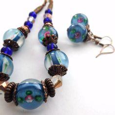 Vintage+vinutková+Souprava+náušnic+a+náhrdelníku+z+modrých+vinutek+s+růžičkami(16mm),v+kombinaci+se+skleněnými+korálky,kovovými+korálky+a+plastovými+korálky+a+kaplíky+v+barvě+modré+a+měděné,komponenty+staroměď.Obvod+náhrdelníku+je+46+cm,délka+náušnic+i+s+háčkem+je+4+cm. Charmed, Drop Earrings, Bracelets, Vintage, Jewelry, Fashion, Charm Bracelets, Jewellery Making, Moda