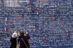 """Em Montmartre (Paris-França), bem no centro do Jardim de Abbesses, se encontra uma parede dedicada ao sentimento. Feita pelos artistas Frederic Baron e Claire Kito, a frase """"eu amo você"""" está escrita mais de mil vezes e em várias línguas diferentes!"""