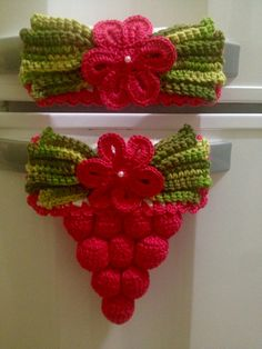 croche geladeira do with without the bottom cluster for towel holder - PIPicStats Crochet Towel, Crochet Potholders, Crochet Doilies, Crochet Flower Patterns, Crochet Flowers, Crochet Crafts, Crochet Projects, Frozen Crochet, Woolen Craft