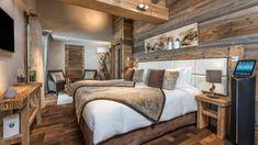Chambre raffinée où le bois et les matières douces prennent tous leur sens