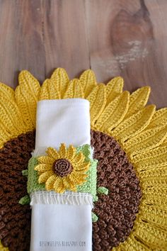 Crochet tablemat and napkin ring - Girasoli. Could also make sunflower coaters to go along with it :) Crochet Placemats, Crochet Potholders, Crochet Motifs, Crochet Flower Patterns, Crochet Designs, Crochet Doilies, Crochet Flowers, Crochet Tablecloth Pattern, Crochet Kitchen