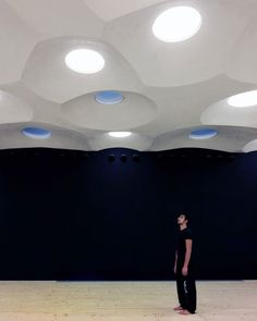 Zona K, drama studio in Milan. The ceiling is imprinted with inverted bubbles that house both spotlights and skylights, via dezeen. Ceiling Detail, Ceiling Design, Ceiling Canopy, Living Environment, Thinking Outside The Box, Dezeen, Sprinkler, Interior Design, Studio