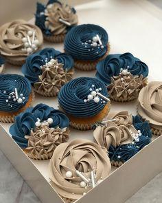 Petrol blue & mink Elegance ✨ . . . . #cupcakes #instabake #cupcakedesign #cupcakebouquet #cupcakeart #buttercream #buttercreamflowers…
