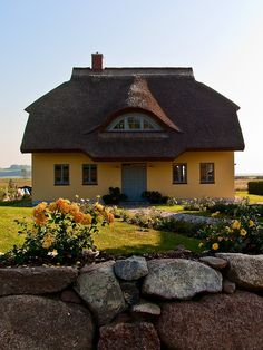 Thatch roof - typical house on the Island of Rügen, Germany. I want to go live in Germany Cozy Cottage, Cottage Homes, Cottage Style, Thatched House, Thatched Roof, Beautiful Homes, Beautiful Places, Small Tiny House, Natural Homes