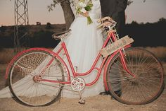 Novios en bicicleta {Foto, Sara Lobla} #weddingideas #weddinginspiration #ideasparabodas #tendenciasdebodas