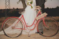 Novios en bicicleta >> Boda Bella: Pati & Gonzalo: Boda elegante campestre en Segovia de Sara Lobla
