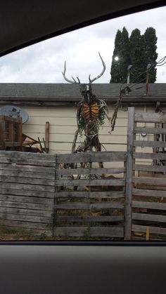 """A proper scarecrow. """"A house I pass on the way to work has this sculpture in its yard. Its about 8 feet tall. Halloween Prop, Casa Halloween, Scary Halloween Decorations, Outdoor Halloween, Halloween 2020, Halloween Crafts, Happy Halloween, Holiday Crafts, Scarecrows For Garden"""