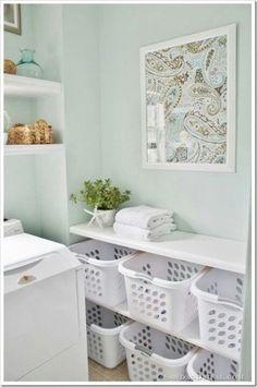 Para deixar a lavanderia organizada os cestos são essenciais. Aproveite para separar as roupas por cor para facilitar no processo de lavagem. #diy #organização #limpeza
